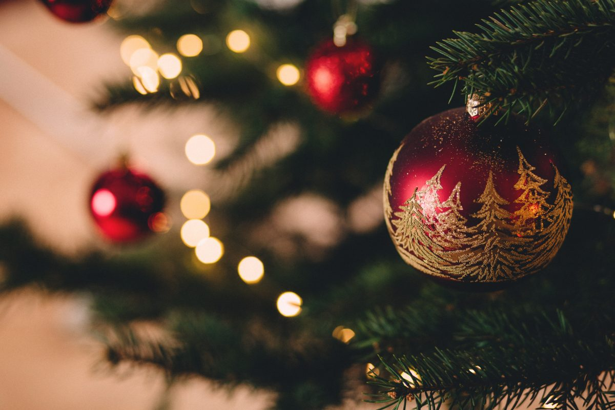 christmas-tree-with-baubles-717988-1200x800.jpg
